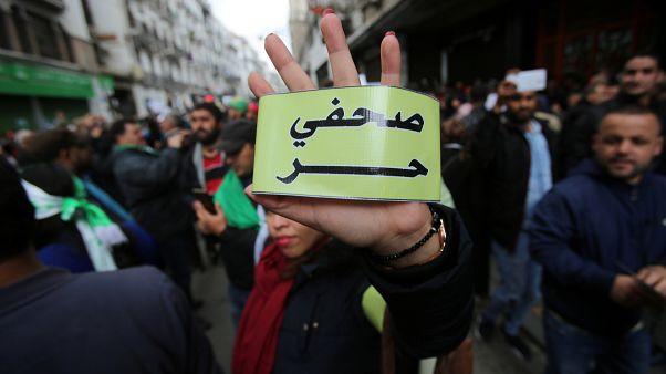 إيقاف 4 صحافيين جزائريين عن العمل في جريدة موالية للسلطة