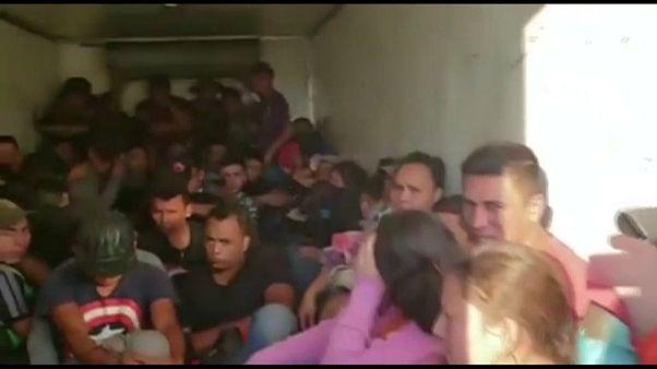Encuentran decenas de migrantes hacinados en un camión en México