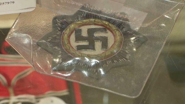 شاهد: مقتنيات هتلر وفساتين زوجته وتذكارات نازية أخرى في مزاد علني