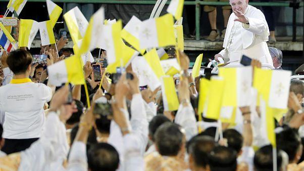 Le Pape François arrive dans le stade national de Bangkok, en Thaïlande