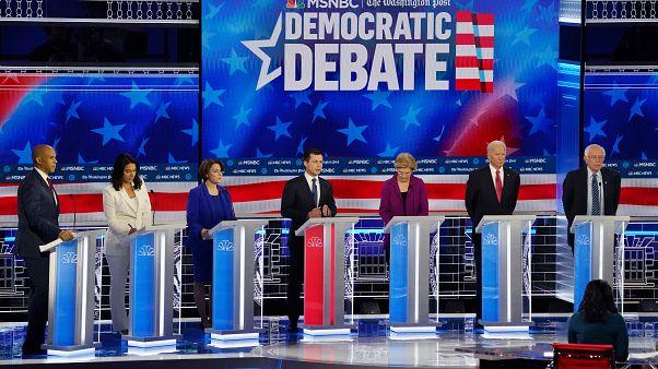 المرشحون الديمقراطيون للرئاسة الأمريكية خلال مناظرة تلفزيونية - 2019/11/20 -
