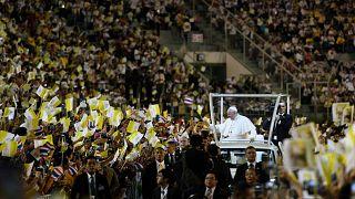 البابا فرانسيس في طريقه لترأس في الاستاد الوطني في بانكوك - تايلاند