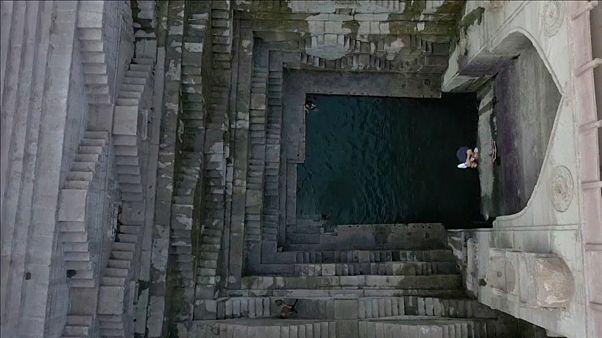 Un tuffo spettacolare nell'antico pozzo indiano