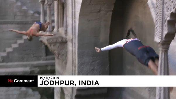 Ils plongent dans un monument indien historique