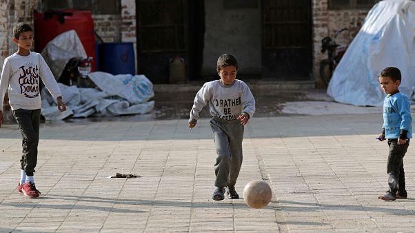 أطفال فروا من مخيم عين عيسى يلعبون في مدرسة على مشارف تل أبيض