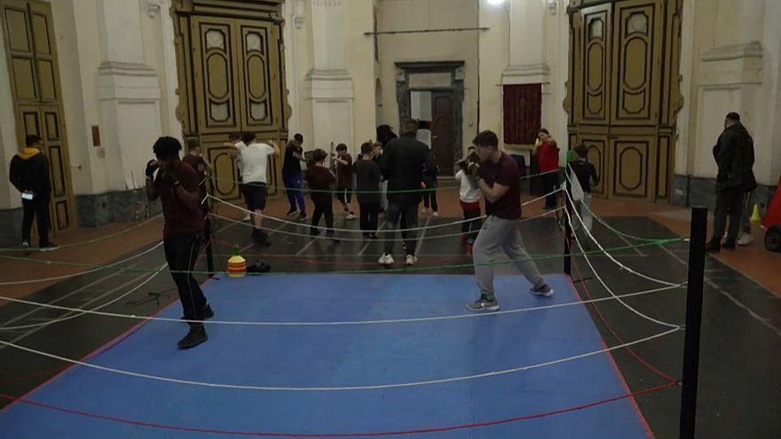 Dans une église italienne, des jeunes boxent pour oublier leur quotidien