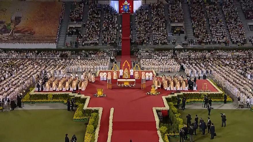 Il Papa allo stadio di Bangkok assiste allo spettacolo di danze tradizionali