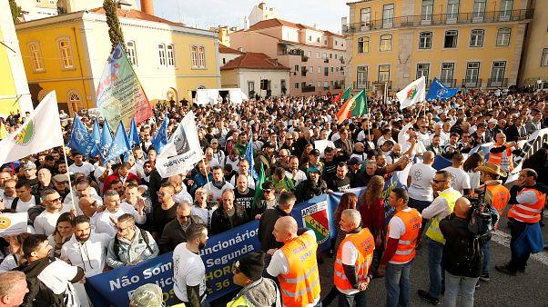 Португалия: полицейские требуют достойной зарплаты