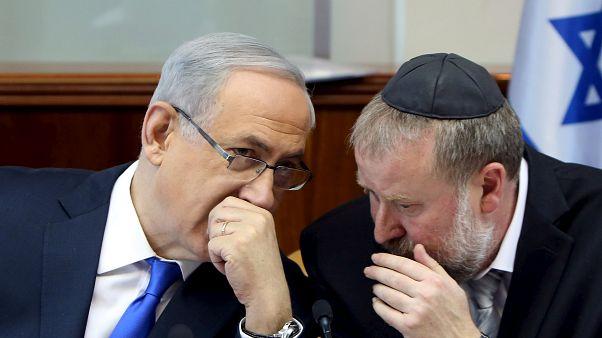 رئيس الوزراء الإسرائيلي نتنياهو رفقة المدعي العام لإسرائيل أفيشاي ماندلبليت