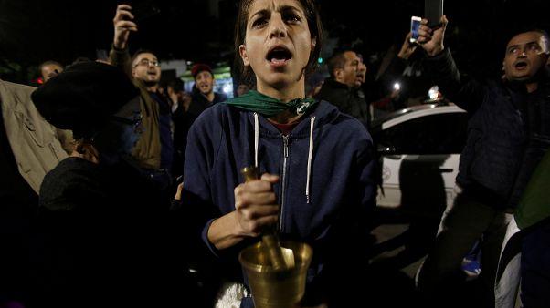 شابة جزائرية تدق المهراس خلال مظاهرة ليلية بالعاصمة الجزائر تطالب برحيل قائد الجيش قايد صالح. 21/11/2019
