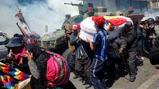 Ataúdes entre gases lacrimógenos en la imagen más triste de la crisis en Bolivia