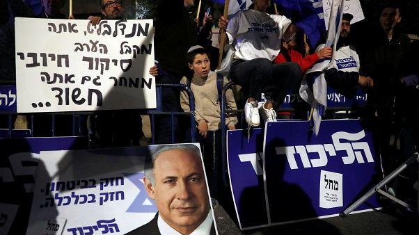 أنصار رئيس الوزراء الإسرائيلي بنيامين نتنياهو خارج مقر إقامته بعد قرار اتهام المدعي العام الإسرائيلي أفيشاي ماندلبليت في القدس في 21 نوفمبر/ تشرين الثاني 2019