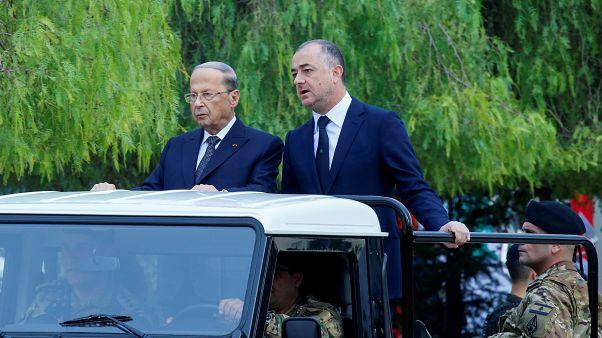 الرئيس اللبناني ميشيل عون وإلى جانبه وزير الدفاع الياس أبو صعب خلال استعراض عسكري يوم عيد الاستقلال.