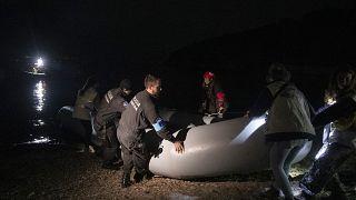 Αστυνομικοί και διασώστες απομακρύνουν φουσκωτή βάρκα μετά την άφιξη προσφύγων και μεταναστών στη Σκάλα Συκαμιάς(ΑΡΧΕΙΟΥ)
