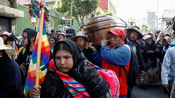 Krise in Bolivien: Vom Tränengas vernebelte Särge stehen auf der Straße