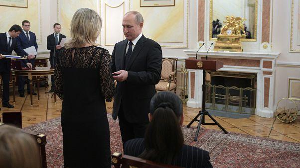 Rusya Devlet Başkanı Vladimir Putin, kruz füzesi denemesi sırasında hayatını kaybeden bilim insanlarının eşlerine devlet nişanı taktı