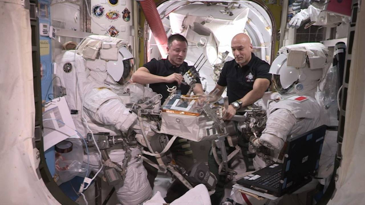 لوكا بارميتانو وأندرو مورغان يستعدان للقيام بمهمة سير في الفضاء الخارجي - وكالة الفضاء الأوروبية