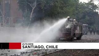 Kövekkel dobálták a rendőrök járműveit a chilei tüntetők