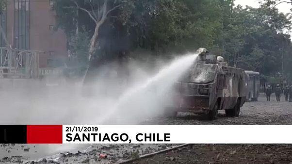 Chili : les manifestants font face aux canons à eau