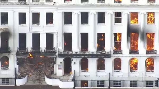 شاهد: حريق يلتهم فندقاً يعود للعصر الفكتوري جنوب بريطانيا