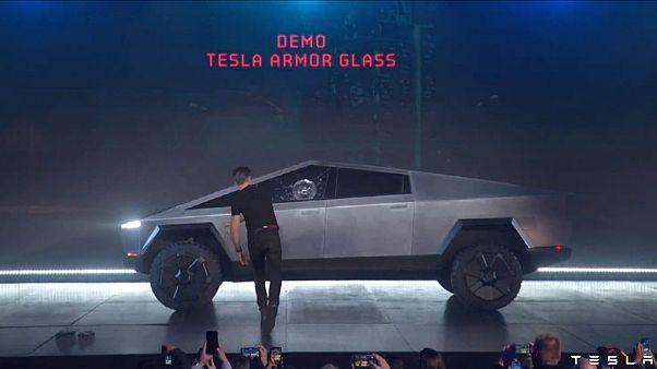 Elon Musk'a 'kötü sürpriz': Tesla'nın zırhlı Cybertruck modelinin camları ilk tanıtımda kırıldı