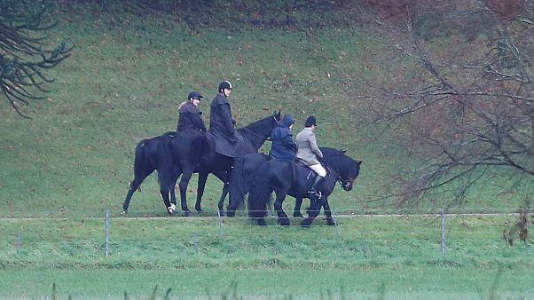 Da reiten sie im Regen: Queen stellt sich hinter Prinz Andrew