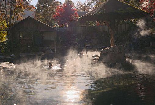 چشمههای آب گرم ژاپن؛ جاذبه گردشگری در دل کوهستان