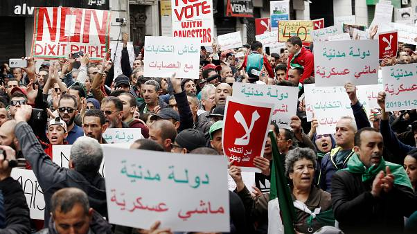 المتظاهرون يرفضون إحراء الانتخابات الرئاسية في الجزائر