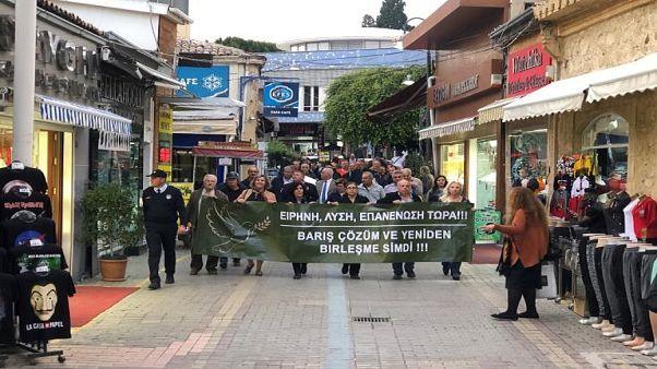 Κύπρος: Πορεία Ελληνοκυπρίων και Τουρκοκυπρίων για την τριμερή στο Βερολίνο
