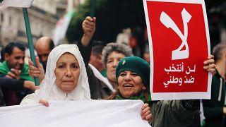 """Algier: Demonstrantinnen mit Banner: """"Ich werde nicht gegen mein Land wählen"""""""