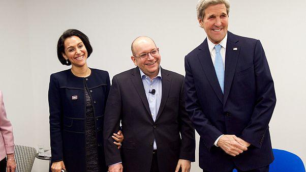 وزير الخارجية الأميركية سابقاً جون كيري إلى جانب رضائيان وزوجته بعد إطلاق سراح مراسل واشنطن بوست عام 2016