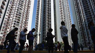 En medio de las revueltas Hong Kong celebra elecciones locales