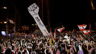 المحتجون يرفعون المجسم بعد إحراقه صباح الجمعة