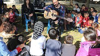 Diyarbakırlı öğrencilere açık alanda piyano ve gitar dersi: 'Köy Çocukları Hayalleriyle Buluşsunlar'