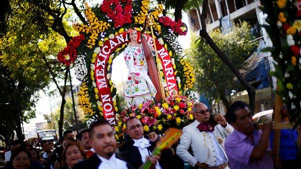 Procesión de mariachis en Ciudad de México en el día de Santa Cecilia, patrona de los músicos