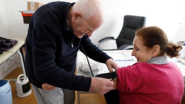 شاهد: طبيب فرنسي بلغ من الكبر عتيّا ما يزال يمارس مهنته ويعالج المرضى