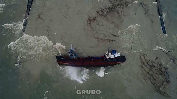أوكرانيا: مخاوف من تسرب النفط من ناقلة انقلبت قبالة سواحل أوديسا