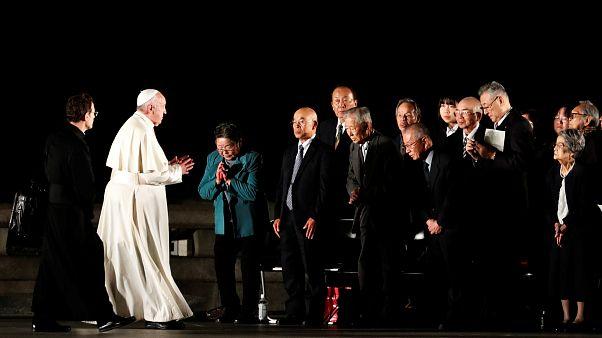 Bergoglio insieme ad alcuni sopravvissuti a Hiroshima