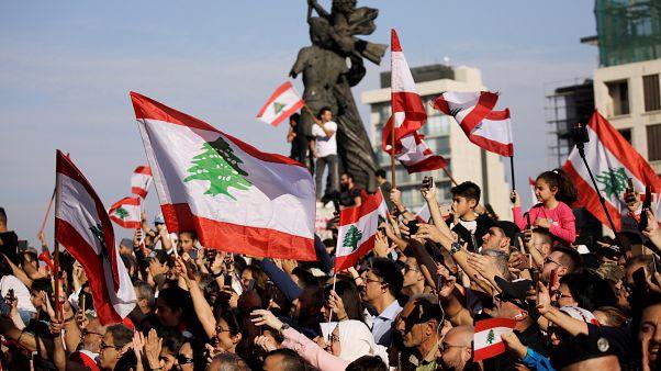 متظاهرون في ساحة الشهداء في وسط بيروت
