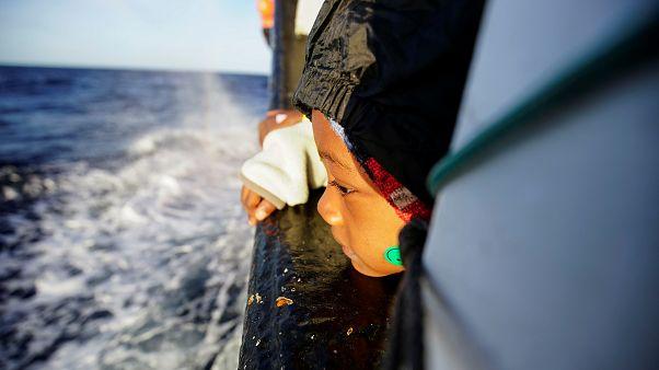 تبلغ فاطمة خمس سنوات من العمر وهي من بين العالقين على متن القارب بانتظار الضوء الأخضر من الحكومة الإيطالية