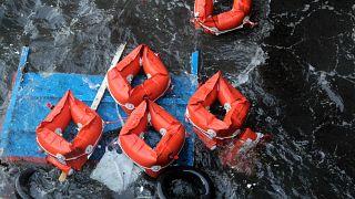 عملیات نجات دختربچه سرگردان در دریای طوفانی