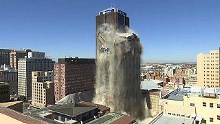آفریقای جنوبی؛ تخریب کنترل شده برج ۱۰۸ متری در ژوهانسبورگ