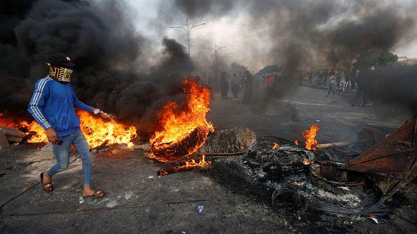 Un manifestante a Bassora