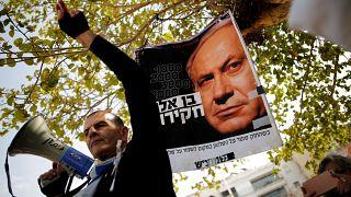 İsrail Başbakanı Binyamin Netanyahu'nun istifasını isteyen protestocu