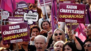Kadına Yönelik Şiddete Karşı Uluslararası Mücadele Günü'nde toplanan kalabalık