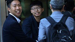 Kelvin Lam e Joshua Wong festeggiano la vittoria elettorale.