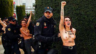 زنان نیمهبرهنه تظاهرات بزرگداشت دیکتاتور پیشین اسپانیا را مختل کردند