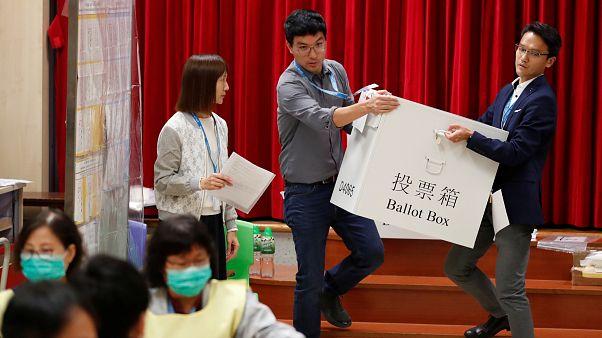Hong Kong'da belediye meclisi seçimlerini Pekin karşıtları kazandı