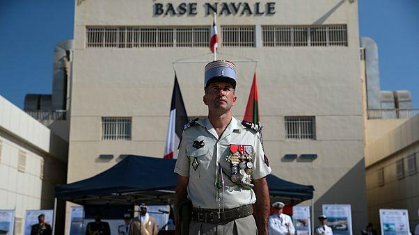 جندي بحرية أمام القاعدة الفرنسية في أبو ظبي