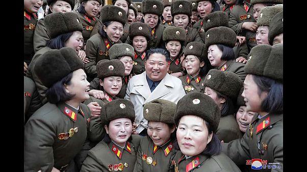 بالصور: كيم جونغ أون يتابع تدريبات عسكرية وسط مجندات كوريا الشمالية